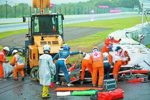 Rettungskräfte bemühen sich um Jules Bianchi. Der Marussia-Pilot war in einen Kranwagen gekracht. Foto: apa
