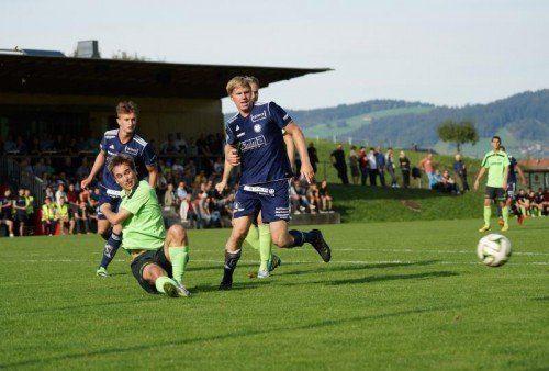 Rochus Schallert (Bildmitte) erzielte den Goldtreffer für den FC Andelsbuch gegen Titelmitfavorit FC Wolfurt. Foto: berchtold
