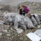Freiwillige Helfer halten Berg und Tal sauber