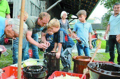 Sauerkraut selber machen unter fachkundiger Anleitung.  Foto: OGV