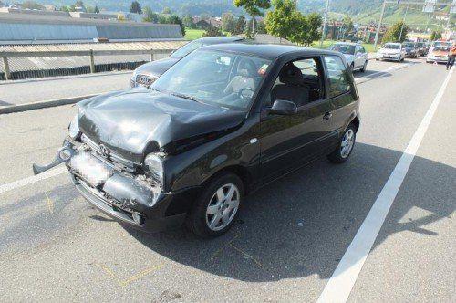 Schwer in Mitleidenschaft gezogen wurde bei dem Auffahrunfall auch das Auto des Promillelenkers. Foto: KAPO