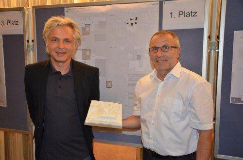 Siegerarchitekt Johannes Nägele und Bürgermeister Eugen Hartmann (r.) präsentierten den siegreichen Entwurf.  Foto: dob