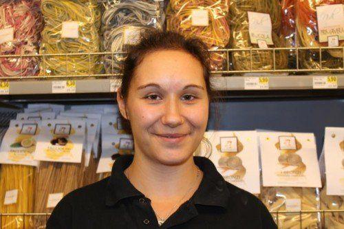 Silvia Rettenegger, Einzelhandelskauffrau Ich arbeite hinter der Theke und an der Kasse. Ich finde es toll, dass hier neben alltäglichen Produkten Spezialitäten aus allen möglichen Ländern angeboten werden.