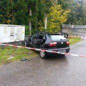 Auto prallt in Stromkasten