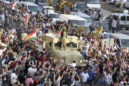 Türkische Kurden eskortieren den Konvoi der Peschmerga, der durch die Türkei nach Kobane zieht. REUTERS