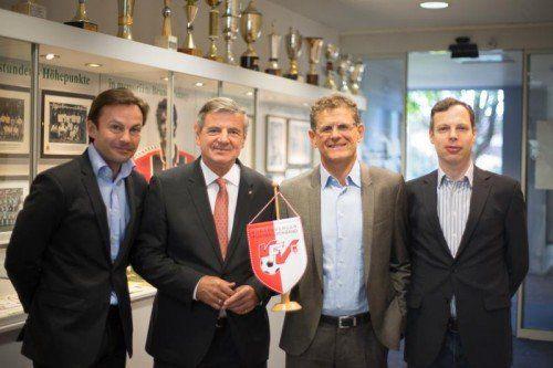 VFV-Präsident Horst Lumper (Zweiter von rechts) begrüßte seine Gäste in der VFV-Geschäftsstelle, von links: Severin Moritzer, Günter Kaltenbrunner und Thomas Hollerer. Foto: Hartinger