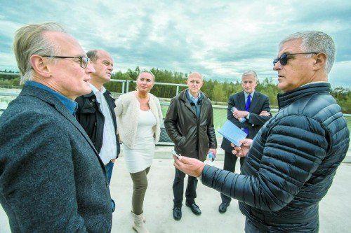 VN-Lokalaugenschein am Illspitz: Rainer Keckeis (l.) mit Manfred Trefalt sowie VN-Chefredakteurin Verena Daum-Kuzmanovic, Hans-Jörg Mathis, Bürgermeister Wilfried Berchtold und VN-Redakteur Tony Walser.