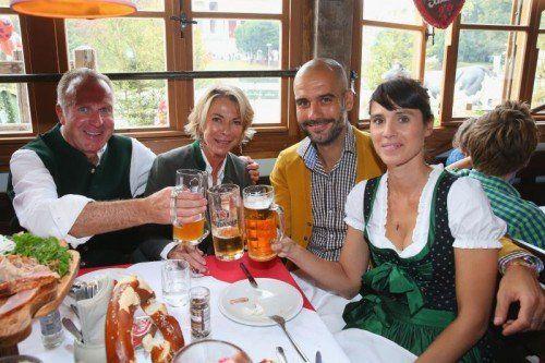 Von links: Karl-Heinz Rummenigge mit Gattin Martina, Trainer Josep Guardiola mit seiner Frau Cristina. gepa