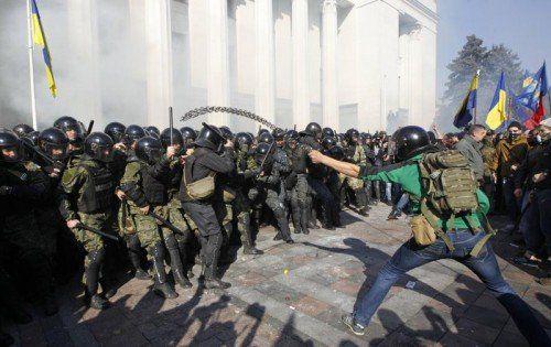 Vor dem Parlament in Kiew kam es zu Zusammenstößen zwischen Demonstranten und Polizei. Foto: REUTERS