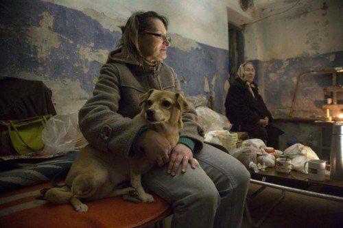 Während in Kiew kräftig Wahlwerbung betrieben wird, suchen Bewohner von Donezk im Keller Schutz vor Granateneinschlägen.  FOTO: AP