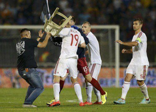 Zuschauer und Spieler gingen aufeinander los. Foto: Reuters