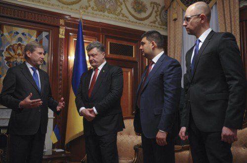 An der ersten Sitzung des neuen ukrainischen Parlaments nahm der österreichische EU-Kommissar Johannes Hahn (l.) teil. FOTO: AP