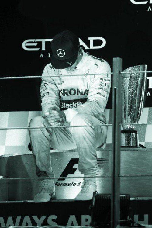 Andächtiger Moment bei der Siegeszeremonie: Lewis Hamilton genießt den WM-Titel still in sich versunken. Foto: gepa