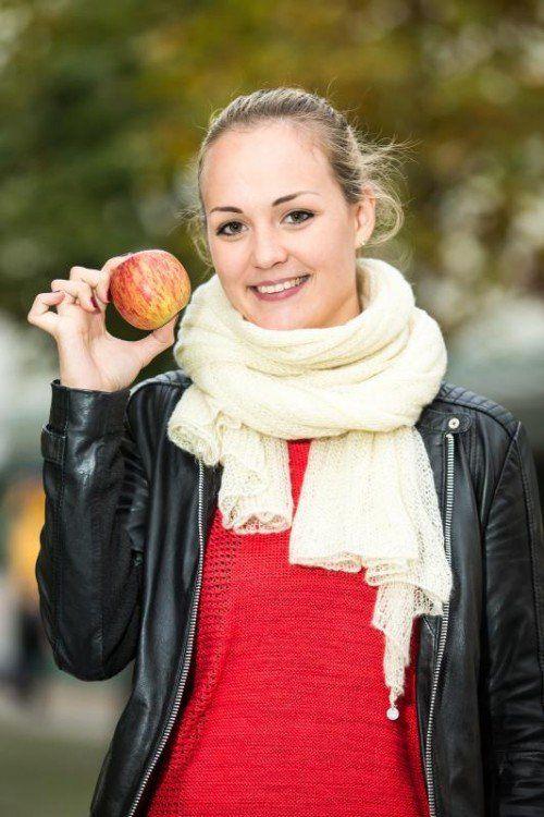 Auch Jacqueline genießt gerne süße Äpfel.  Foto: VN/Steurer
