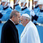 Verbalattacken vor Papstbesuch