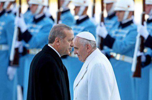Begegnung zweier Menschen aus unterschiedlichen Welten: Erdogan (l.) heißt den Papst willkommen. EPA