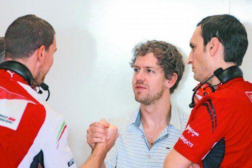 Begrüßung bei der Scuderia Ferrari: Sebastian Vettel stellt sich bei den Italienern vor. Foto: gepa