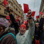 Tschechiens Präsident wird die Rote Karte gezeigt