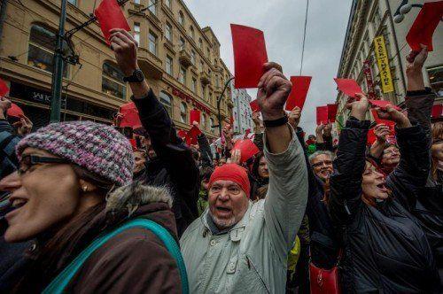 Bei einer Demonstration zum 25. Jahrestag des Beginns der Samtenen Revolution bekam Präsident Zeman symbolisch die Rote Karte.  EPA