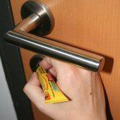 Superkleber-Anschlag gegen das Türschloss des lieben Nachbarn