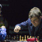 Carlsen gelingt der erste Sieg
