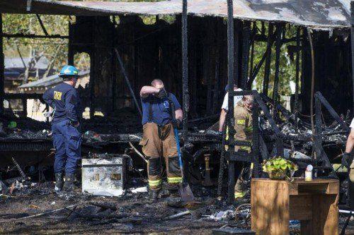 Das Feuer hat das Haus völlig zerstört. Für fünf Kinder kam jede Hilfe zu spät, die Eltern und ein weiteres Kind konnten sich retten.  Foto: AP