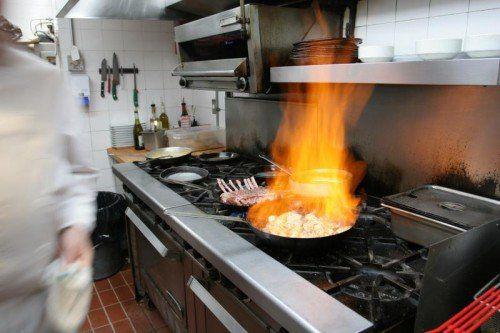 In vielen Küchen wird es auch in Zukunft zu wenige Köche geben, fürchten Gastronomen.