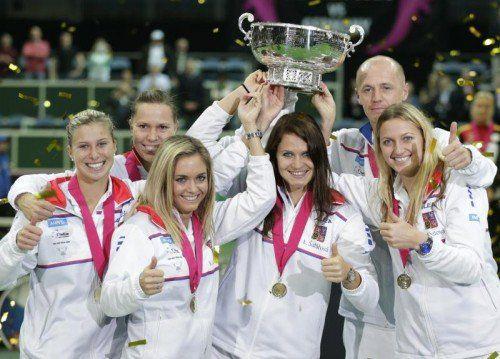 Das Siegerteam von Tschechien mit Andrea Hlavackova, Lucie Hradecka, Klara Koukalova, Lucie Safarova, Kapitän Petr Pala und Petra Kvitova (v. l.). Foto: AP