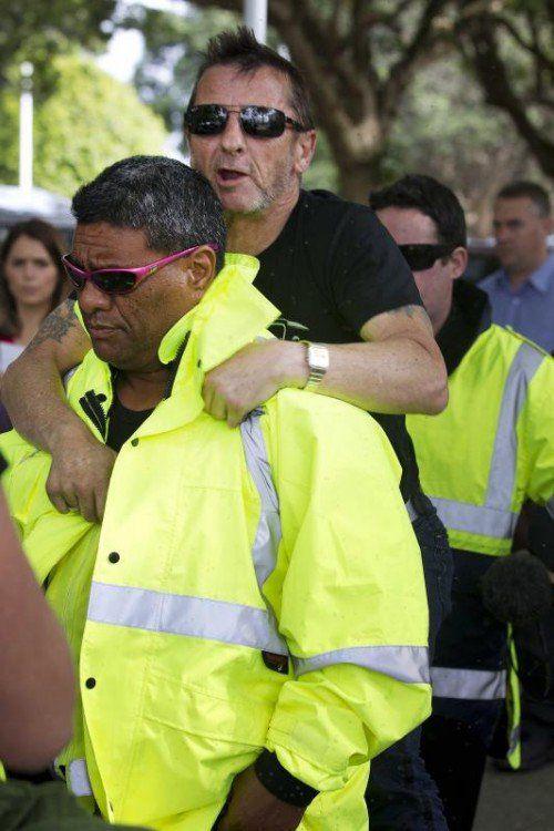 Der AC/DC-Schlagzeuger ließ sich huckepack vor das Gerichtsgebäude tragen. Foto: AP
