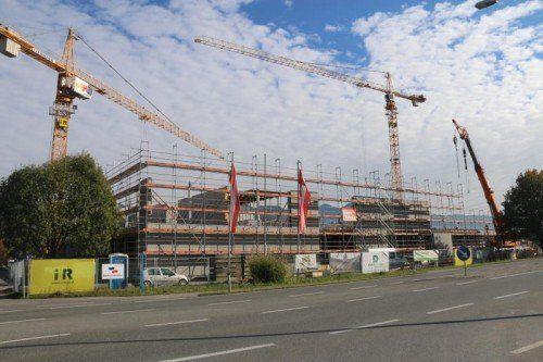 Der Aufbau von Weiler Möbel geht zügig voran.  Foto: etu