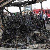 Bus ging nach Crash in Flammen auf: 18 Tote