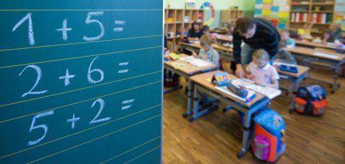 Der Lehrer und seine Schüler: Individuelle Betreuung sind ein wichtiger Teil der neuen Pädagogik.  Foto: EPA