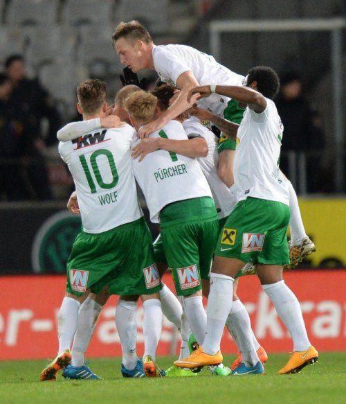 Die Austria-Kicker feierten den Siegtorschützen Mario Bolter. Der Mittelfeldspieler erzielte mit einem satten Schuss das 2:1. Foto: gepa