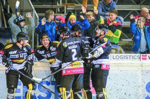 Die Dornbirn-Spieler und junge Fans feiern Niki Petrik (links) für seinen Treffer zum 3:0. Foto: gepa