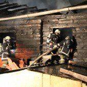 Werkstättengebäude in Flammen