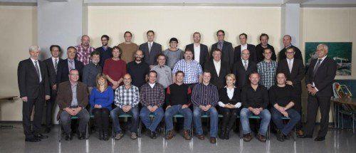 Die Geschäftsführung der Liebherr-Werk Nenzing GmbH mit den Jubilaren (25-jährige Betriebszugehörigkeit).