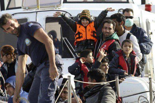 Die griechische Küstenwache bringt die schiffbrüchigen Flüchtlinge in den Hafen von Ierapetra auf der Insel Kreta.  FOTO: REUTERS