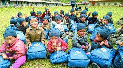 Die Kinder im Tsum Valley freuen sich über die Geschenke, die ihnen das Chay-Ya-Team mitgebracht hat.