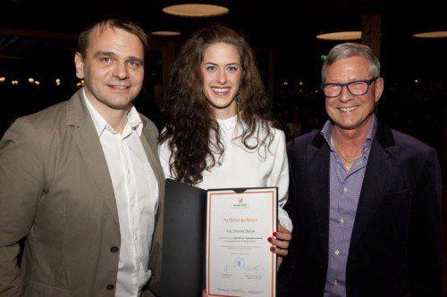 Die Kursleiter Wolfgang Müller (r.) und Peter Kapeller gratulierten Johanna Steiner herzlich. Foto: ZÄK/Mathis