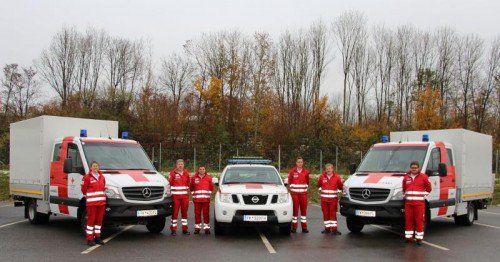 Die neuen Fahrzeuge für Rankweil, Bludenz und Hard (v.l.) mit den stolzen Mitarbeitern des Roten Kreuzes.  Foto: RK Vbg.