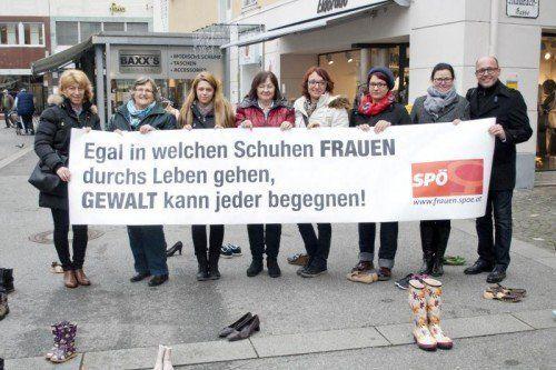 Die SPÖ-Frauen und Michael Ritsch bei ihrer Aktion auf dem Leutbühel in Bregenz am internationalen Tag gegen Gewalt an Frauen.  Foto: Privat