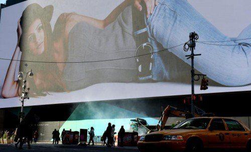 Die Videoleinwand ragt an der Fassade eines Hotels acht Stockwerke hoch und ist mehr als hundert Meter lang.  Foto: EPA