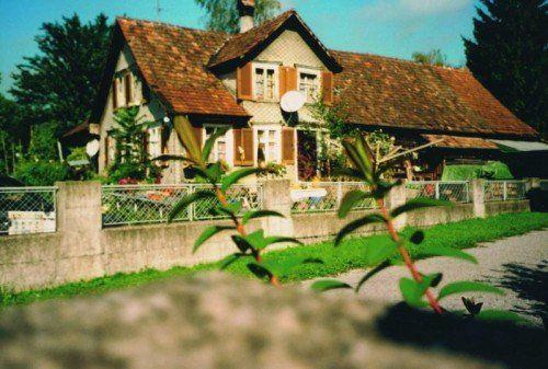 Dieses Haus in Altach verweist auf Lebensverhältnisse und repräsentiert eine die Siedlungsgebiete prägende Bausubstanz.  Foto: Laurenz Feinig