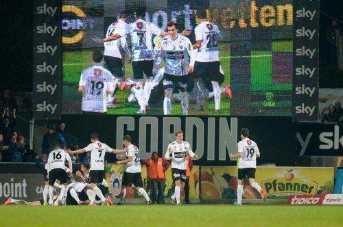 Doppelter Jubel! Altachs Spieler feiern unter der Videowall ihre Torerfolge gegen Red Bull Salzburg.