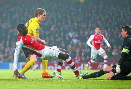 Dortmund Matthias Ginter kann Arsenals Yaya Sanogo nicht stoppen und BVB-Torhüter Roman Weidenfeller kam zu spät. Foto: ap