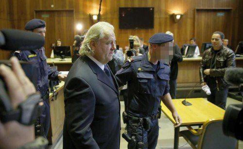 Ex-Sturm-Präsident Hannes Kartnig wurde unter Blitzlichtgewitter von Polizisten in den Verhandlungssaal gebracht. Foto: gepa