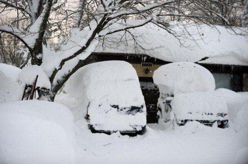 Extreme Schneefälle führten zu massiven Behinderungen und Unfällen auf den Straßen. Vielerorts mussten Schulen geschlossen werden. AP