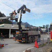 Lkw-Kran geriet in Oberleitung der Gleisanlage