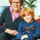 Adriana (6) mit Ma hilft-Patin Marlies Müller