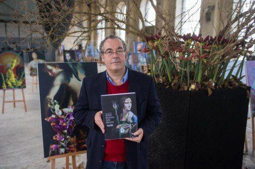 """Fotosession mit Rudolf Sagmeister und seinem Buch """"Wilde Blumen Alte Meister"""" vor dem Plakat oder vor einem der Kunstwerke, Alte Meister Wilde Blumen Rudolf Sagmeister"""